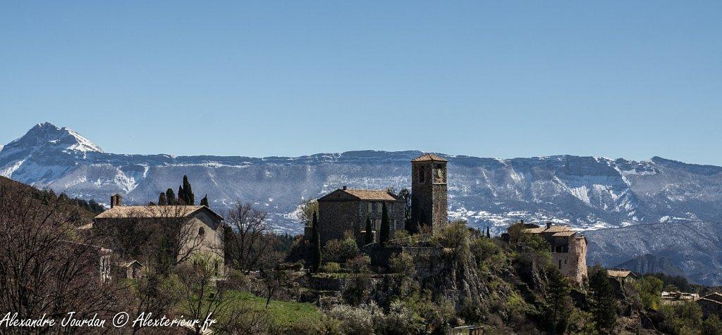 Église de Courbons devant la barre des Dourbes et le Couard